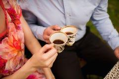 Amants tenant des tasses de thé Photo libre de droits