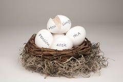 łamany jajka gniazdeczka biel Obrazy Stock