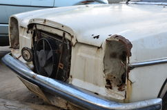 Łamany kolor stary samochód (frontowy widok) Fotografia Stock