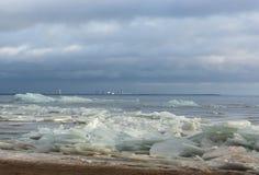 Łamany lód na piaska seashore Zdjęcie Stock