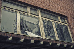 Łamany szklany okno odbija clounding niebo Obraz Royalty Free