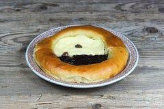 Amapola y pastel de queso hechos en casa en una placa Imagenes de archivo