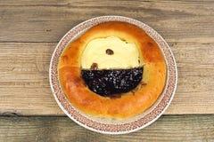 Amapola y pastel de queso hechos en casa en una placa Imagen de archivo