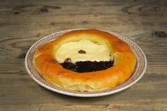 Amapola y pastel de queso hechos en casa en una placa Foto de archivo