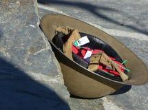 Amapolas de ANZAC en casco de los soldier's en Arrowtown, Nueva Zelanda foto de archivo libre de regalías