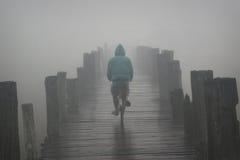 amarapura自行车桥梁有薄雾的早晨一 免版税图库摄影