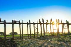 AMARAPURA,缅甸- 11月:未认出的人民在U Bein桥梁走在11月的日落,在Amarapura,缅甸 U 库存照片