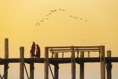 Amarapura, Мьянма - 19-ое февраля 2015: Монах идя на w Стоковые Изображения RF