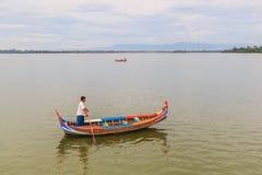 AMARAPURA MYANMAR-Augusti 26th, 2014: Oidentifierade män Arkivfoton