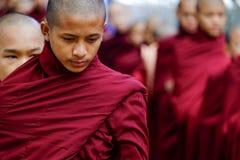 AMARAPURA MYANMAR, CZERWIEC, - 28, 2015: Mnich buddyjski kolejka dla lun Zdjęcia Royalty Free