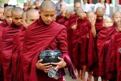 AMARAPURA MYANMAR, CZERWIEC, - 28, 2015: Mnich buddyjski kolejka dla lun Obrazy Stock