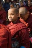 AMARAPURA, MYANMAR - 15 DE JANEIRO: Caminhada budista dos principiantes para recolher a Fotografia de Stock Royalty Free