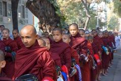 AMARAPURA, MYANMAR - 15 DE JANEIRO: Caminhada budista dos principiantes para recolher a Fotografia de Stock