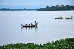 Amarapura, Myanmar - 9 de outubro de 2013: Ferryman e o turista no lago Taungthaman imagem de stock