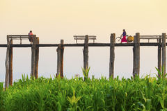 AMARAPURA, MYANMAR - FEBBRUARY 19, 2015: Mężczyzna niezidentyfikowani wi Zdjęcie Royalty Free