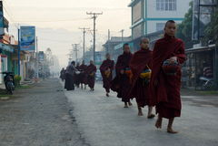 AMARAPURA, MYANMAR - 15 JANVIER : Promenade bouddhiste de novices pour rassembler a photos libres de droits