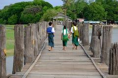 Amarapura Myanmar - 28 Juni, 2015: Barn i färgrik kläder Fotografering för Bildbyråer