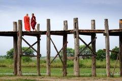 Amarapura, Myanmar - 28 Juni, 2015: Twee monniken in kleurrijke robes Royalty-vrije Stock Foto