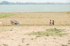AMARAPURA, MYANMAR - 2 MAGGIO: Uomini birmani che guidano sul cablaggio dei progetti il 2 maggio 2013 in Amarapura, Myanmar Fotografie Stock Libere da Diritti