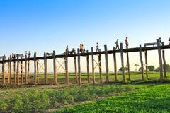 AMARAPURA, MYANMAR - NOVEMBRE : Les personnes non identifiées marchent sur le pont d'U Bein au coucher du soleil en novembre, dan Photo stock