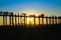AMARAPURA, MYANMAR - NOVEMBRE : Les personnes non identifiées marchent sur le pont d'U Bein au coucher du soleil en novembre, dan Photographie stock