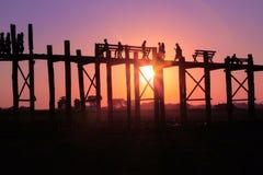 AMARAPURA, MYANMAR - NOVEMBRE : Les personnes non identifiées marchent sur le pont d'U Bein au coucher du soleil en novembre, dan Image stock