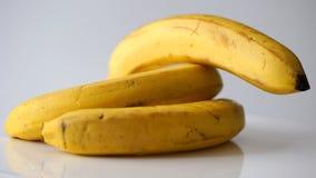 Amarele bananas no fundo branco Fotos de Stock Royalty Free