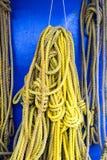 Amarele cordas do navio imagem de stock royalty free