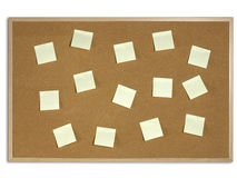 Amarele notas de post-it na placa da cortiça Imagem de Stock