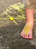 Amarele o giz e o pé Fotografia de Stock