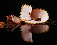 Amarele o lápis colured que raspa em reflexivo preto Imagem de Stock