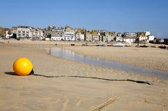 Amarele o menino na maré baixa. Imagem de Stock