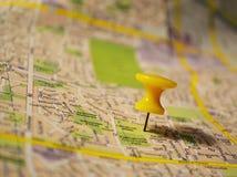 Amarele o pushpin em um mapa Fotografia de Stock Royalty Free
