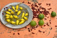 Amarele pimentas de pimentão conservadas, cais frescos, pimentas de pimentão vermelho secadas picantes Fotos de Stock