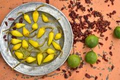 Amarele pimentas de pimentão conservadas, cais frescos, pimentas de pimentão vermelho secadas picantes Imagem de Stock