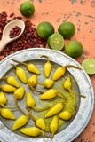 Amarele pimentas de pimentão conservadas, cais frescos, pimentas de pimentão vermelho secadas picantes Fotografia de Stock