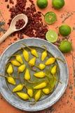 Amarele pimentas de pimentão conservadas, cais frescos, pimentas de pimentão vermelho secadas picantes Imagens de Stock Royalty Free