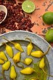 Amarele pimentas de pimentão conservadas, cais frescos, pimentas de pimentão vermelho secadas picantes Foto de Stock Royalty Free