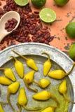 Amarele pimentas de pimentão conservadas, cais frescos, pimentas de pimentão vermelho secadas picantes Imagens de Stock