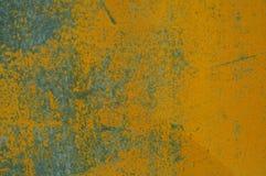 Amarele a pintura esmaltada que racha e que mostra o metal interno Imagem de Stock