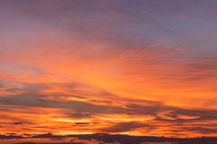 Amarelo alaranjado de céu nebuloso fotografia de stock royalty free