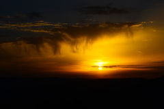 Amarelo bonito do por do sol com nuvens Imagem de Stock