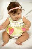 Amarelo desgastando de assento e de sorriso do bebé Imagens de Stock