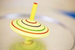 Amarelo do giroscópio, no movimento, amarelo do giroscópio do ` s das crianças foto de stock