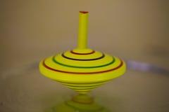 Amarelo do giroscópio, no movimento, amarelo do giroscópio do ` s das crianças imagens de stock