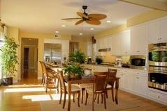 Amarelo ensolarado da cozinha Fotos de Stock Royalty Free