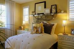 Amarelo ensolarado do quarto da cama fotografia de stock royalty free