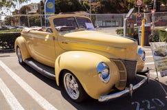 Amarelo Ford Deluxe Convertible 1940 Imagens de Stock