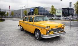 Amarelo, velho, carro do táxi do vintage Foto de Stock