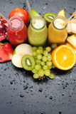 Amarelo verde vermelho do batido dos sucos de frutos tropicais fotos de stock royalty free